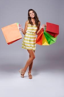 Abbondanza di borse della spesa nelle mani della donna