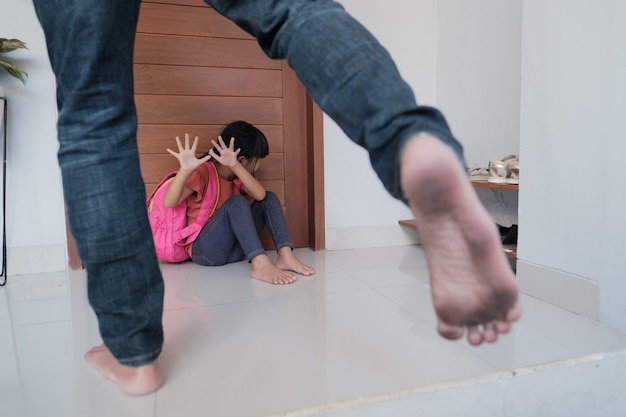Жестокий родитель пытается ударить своего ребенка дома