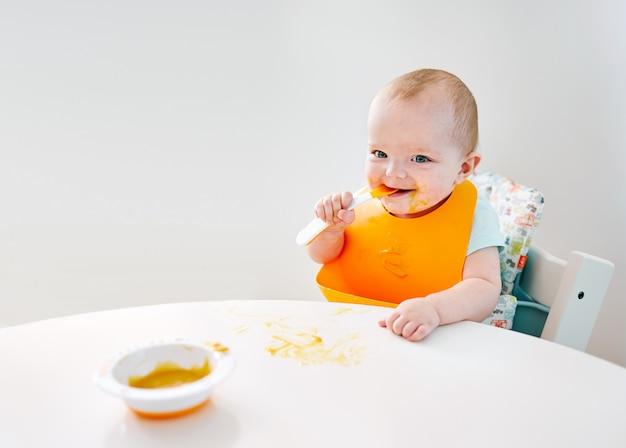 Счастливый aby мальчик во время еды