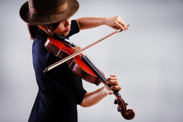 Abyのラボ抽象的なアートデザインの背景は、ヴァイオリン、暖かいライトトーン、周囲のぼやけた光