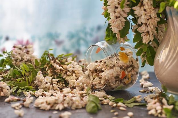 テーブルの上のガラスのボウルにアカシアの花