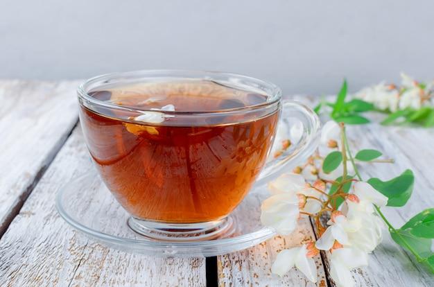 Acacia чай крупного плана на деревянных столах