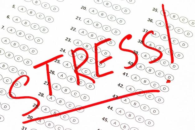 アカデミックな要求とストレス。赤いマーカーで書かれています。
