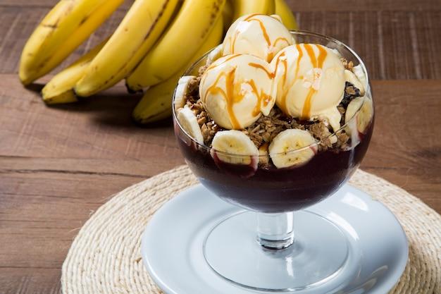 アイスクリームとバナナのアサイーボウル。