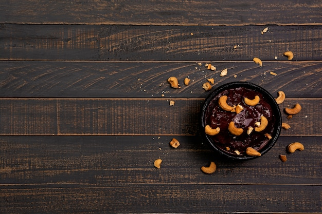 木の黒のナッツ入りアサイーボウル