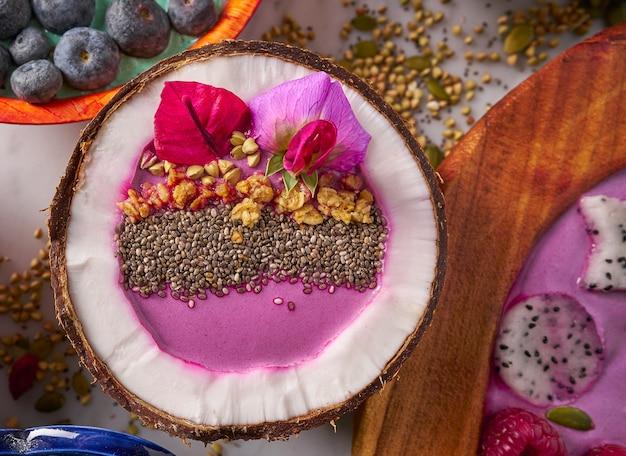 Acai чаша смузи внутри кокосового chia granola