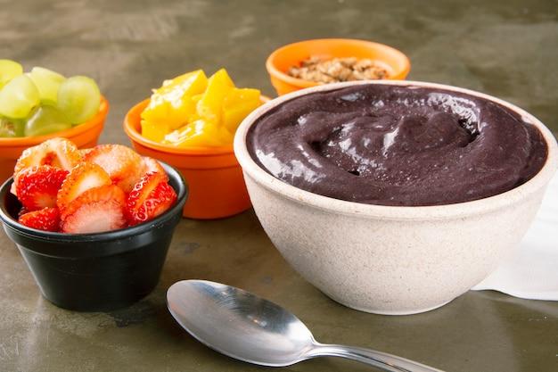 Açaí and fruits on bowls