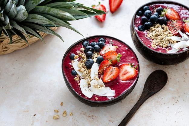 夏の雰囲気のためのココナッツの殻の健康的な食事のアサイ