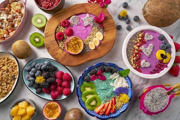 Acai чаша смузи и водоросли спирулины с ягодами