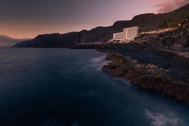 Acantilados лос гигантес побережье на юге тенерифе, канарские острова, испания.
