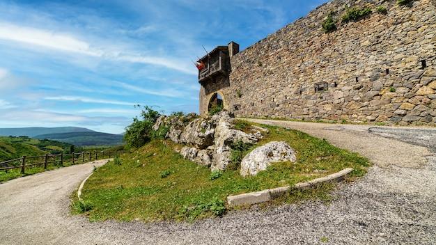 Подъездная дорога к средневековому замку на вершине холма. argueso santander.
