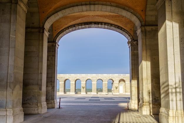 맑고 푸른 하늘이있는 마드리드 왕궁 에스플러네이드로가는 터널. 스페인.
