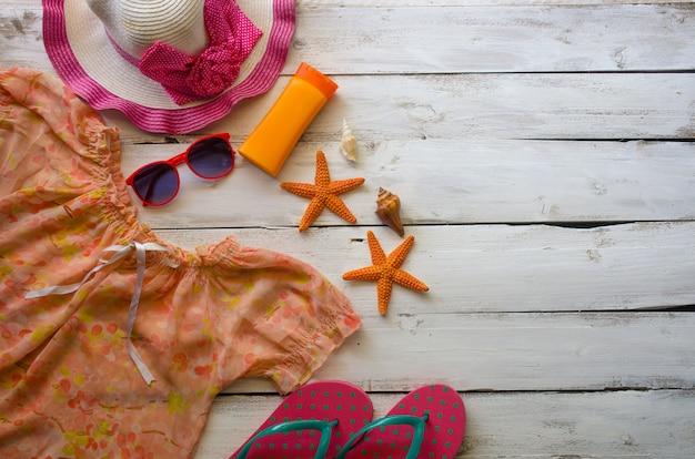 木製の床に夏の旅行のアクセサリーの衣装