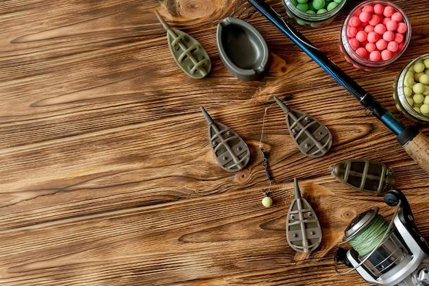 コピースペースのある木の板での鯉釣りや釣り餌用のアクセサリー。