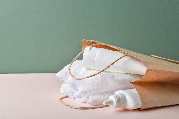 어린이 위생용 액세서리. 신생아용 세트입니다. 기부. 종이 봉지에 기저귀입니다. 친환경 포장.