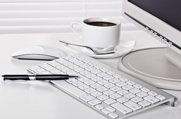 Аксессуары для ведения бизнеса в офисе, на столе
