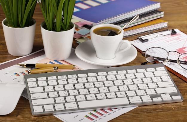 テーブルの上のオフィスでビジネスを行うためのアクセサリー