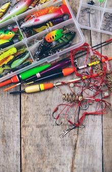 Аксессуары для рыбалки на деревянном фоне. выборочный фокус. ловит рыбу.