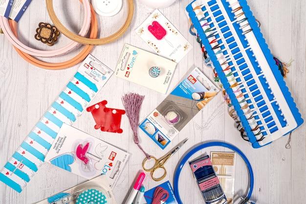 趣味用アクセサリー。針、糸、フープスナップ、マーカー、編み物や刺繡用のスティック