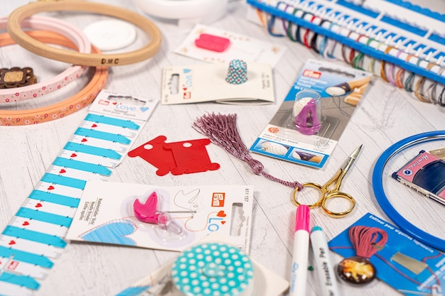 취미 용 액세서리. 바늘, 실, 후프 스냅, 마커, 뜨개질 및 자 수용 스틱