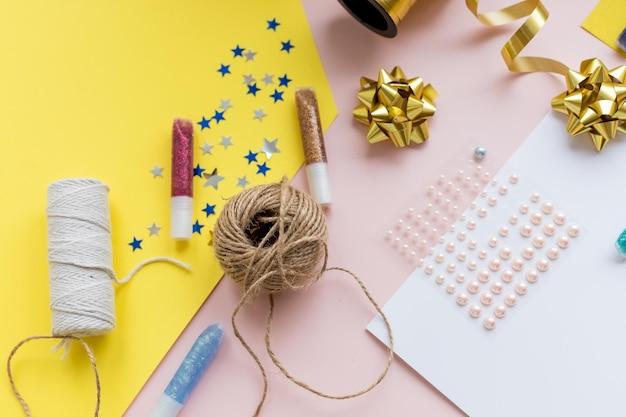 휴일 액세서리. 세련 된 종이가 위, 화려한 테이블, 복사 공간에 스레드. 계절