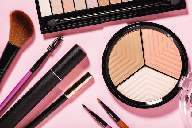Аксессуары для макияжа на розовом