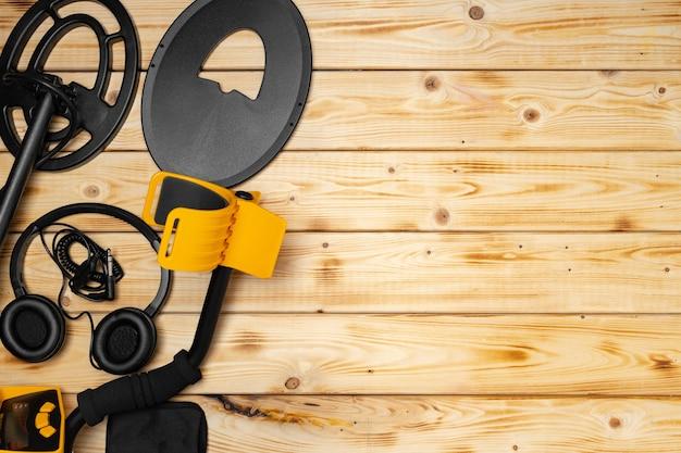 Аксессуары для металлоискателя на деревянной поверхности