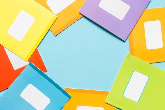Аксессуары для школы, тетради, ручки, карандаши для рабочего места школьника на синем фоне