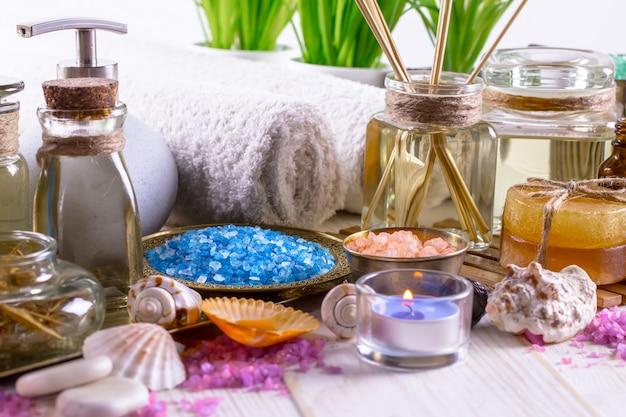 Аксессуары для спа-массажа в составе на столе.
