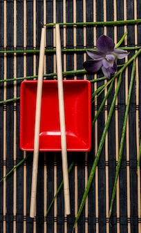 Аксессуары для суши на деревянном столе. закройте вверх. выборочный фокус.