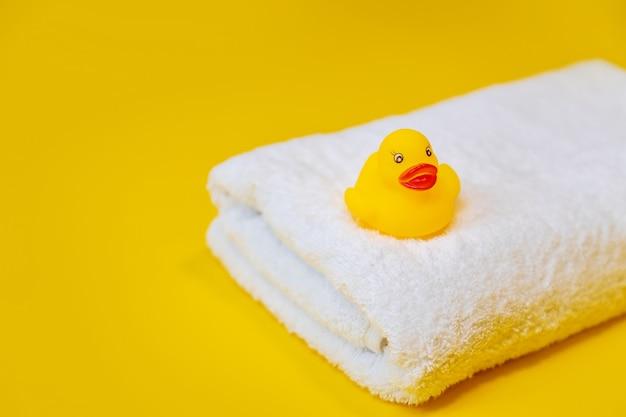 Аксессуары для плавания утка на желтом.
