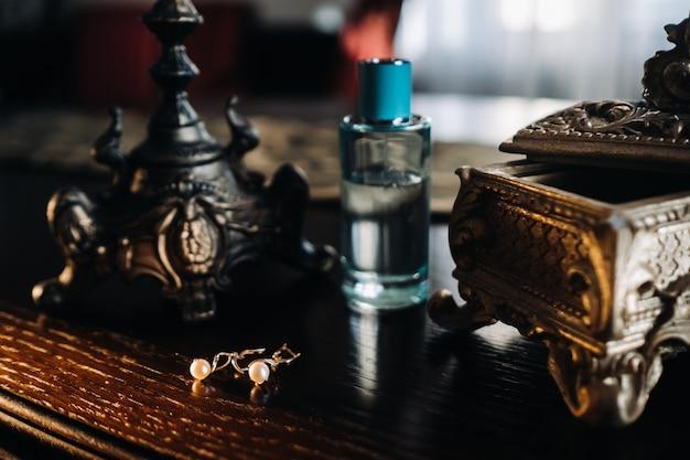 花嫁のためのアクセサリー。テーブルの上のイヤリング。白い結婚式のイヤリング