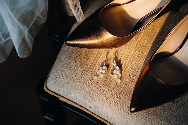 Аксессуары для невесты. серьги на фате. белые свадебные серьги. место для текста и рекламы.