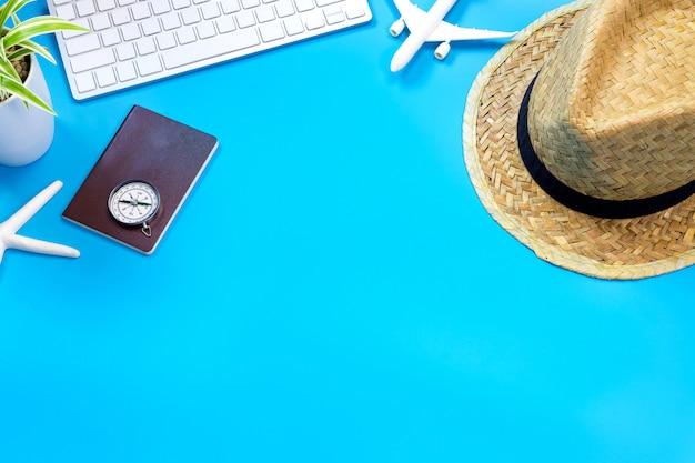 青いテーブルの上の旅行者のアクセサリー