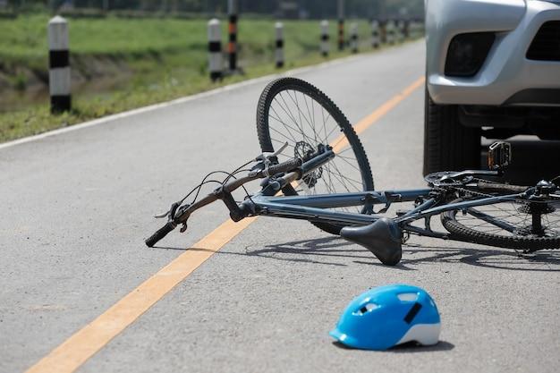 Авария автокатастрофы с велосипедом на дороге
