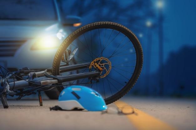道路上の自転車と事故車のクラッシュ