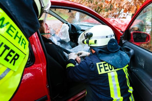 Accident, fire brigade rescues victim of a car crash