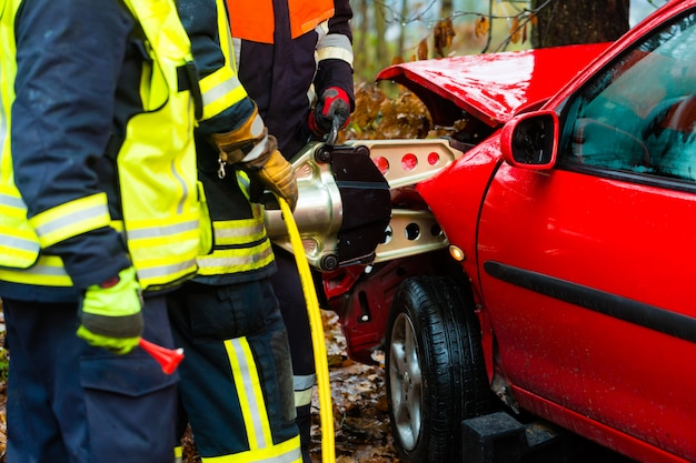 Accident, fire brigade rescues victim of a car