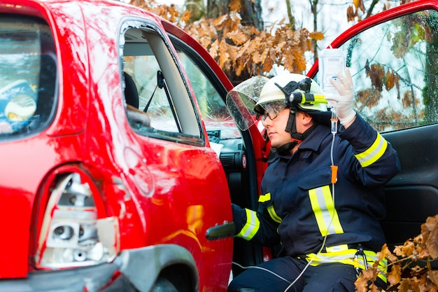 Accident, fire brigade rescues victim of a car