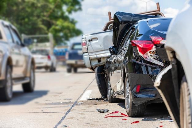 도로에 많은 자동차가 관련된 사고