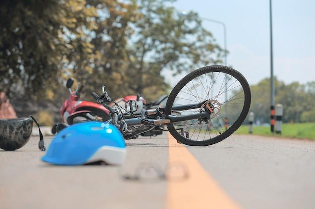 Авария мотоцикла аварии с велосипедом на дороге