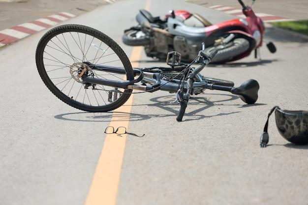 도로에 자전거와 사고 오토바이 충돌