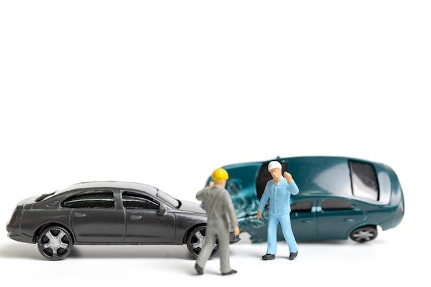 사고 현장, 흰색 배경에 자동차 사고