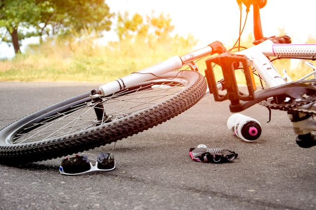 道路での自転車の事故。ホイールのクローズアップ。
