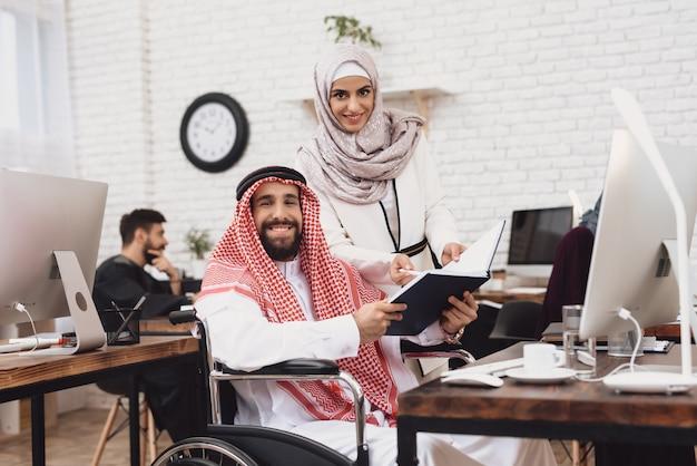オフィスでの会計は身体障害者のアラブ人労働者です。