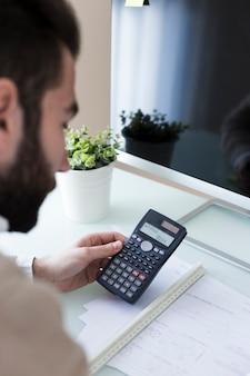 Ragioniere facendo calcoli in ufficio