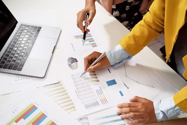 Бухгалтер встречая команду в офисной комнате. концепция финансов и бухгалтерского учета