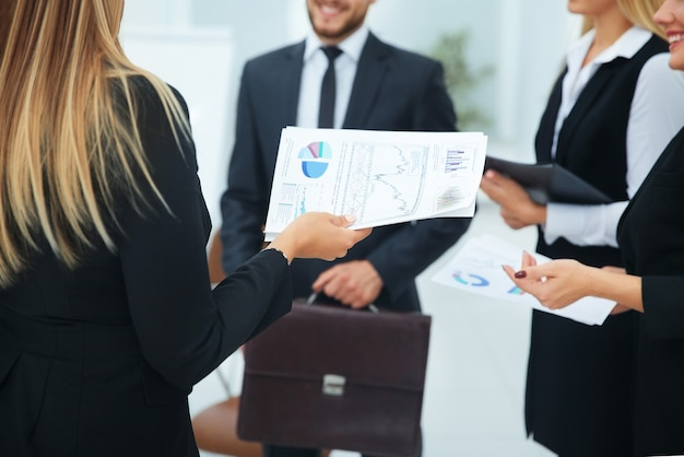 Бухгалтер компании с бизнес-схемой и бизнес-командой приветствовал своего босса