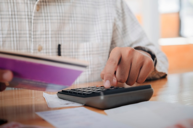 会計士または銀行家が現金請求書を計算します。