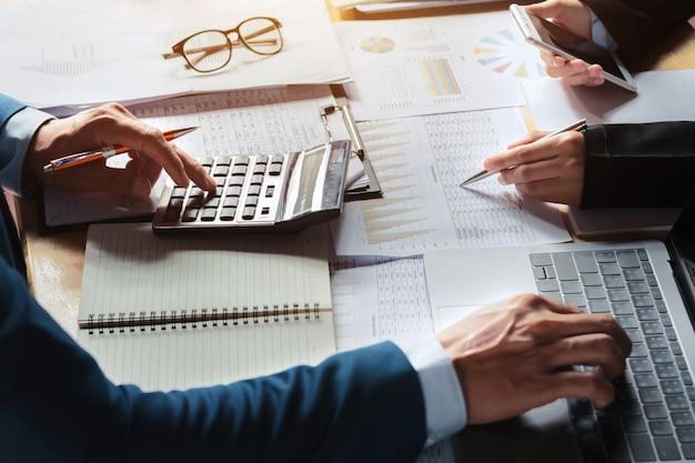 Команда бухгалтера работает в офисе. встреча для нового проекта